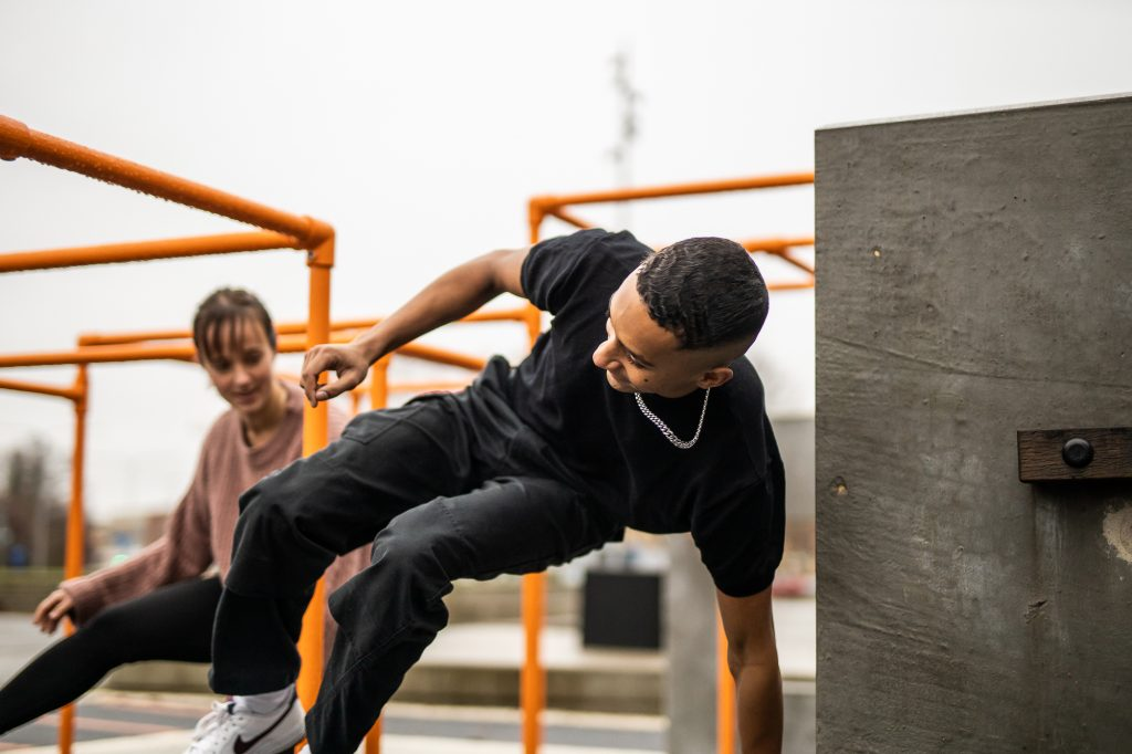 Ungdomar som tränar parkour