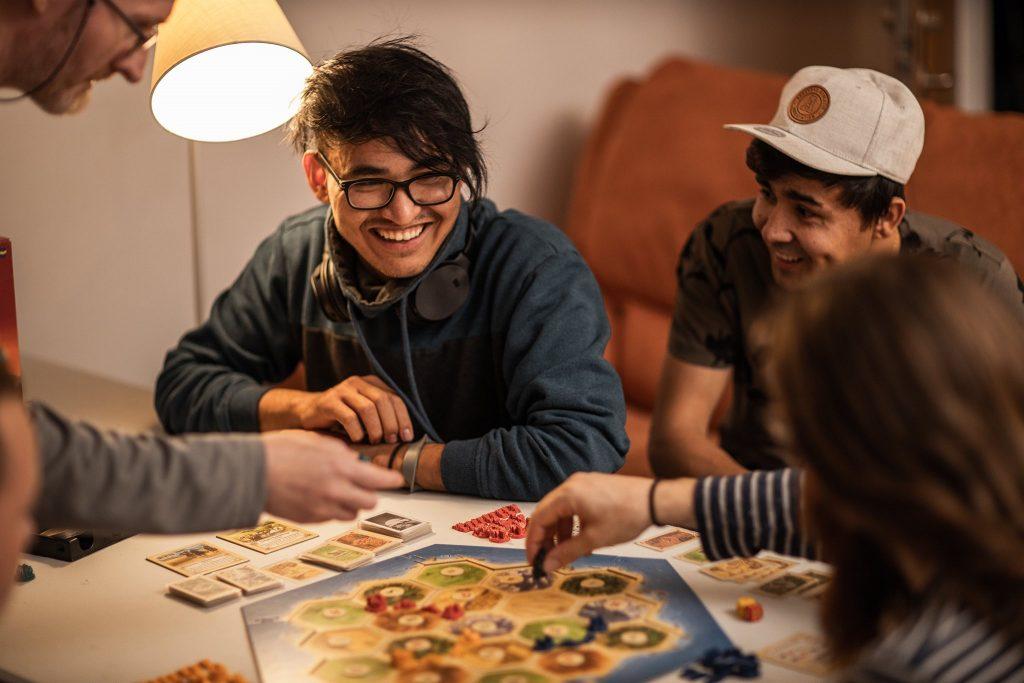 Unga människor som spelar spel