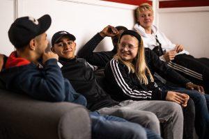 Ungdomar sitter och pratar i en soffa