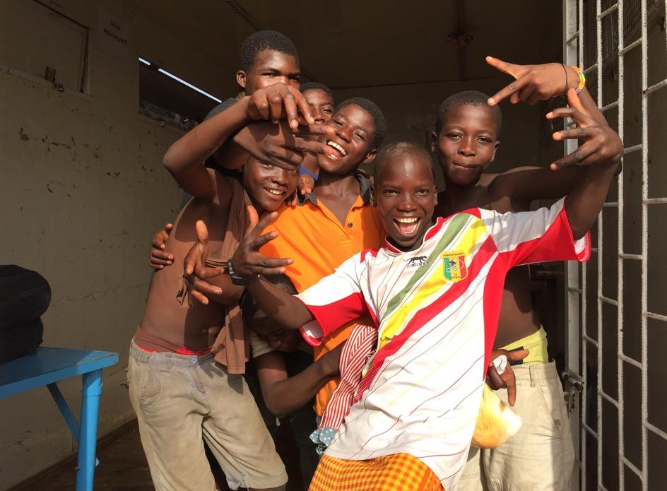 Glada ungdomar som gör segertecken med fingrarna