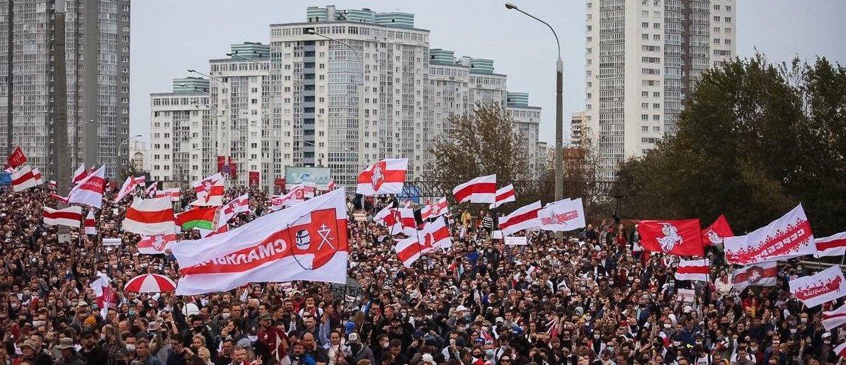 Människor protesterar på gatorna i Belarus