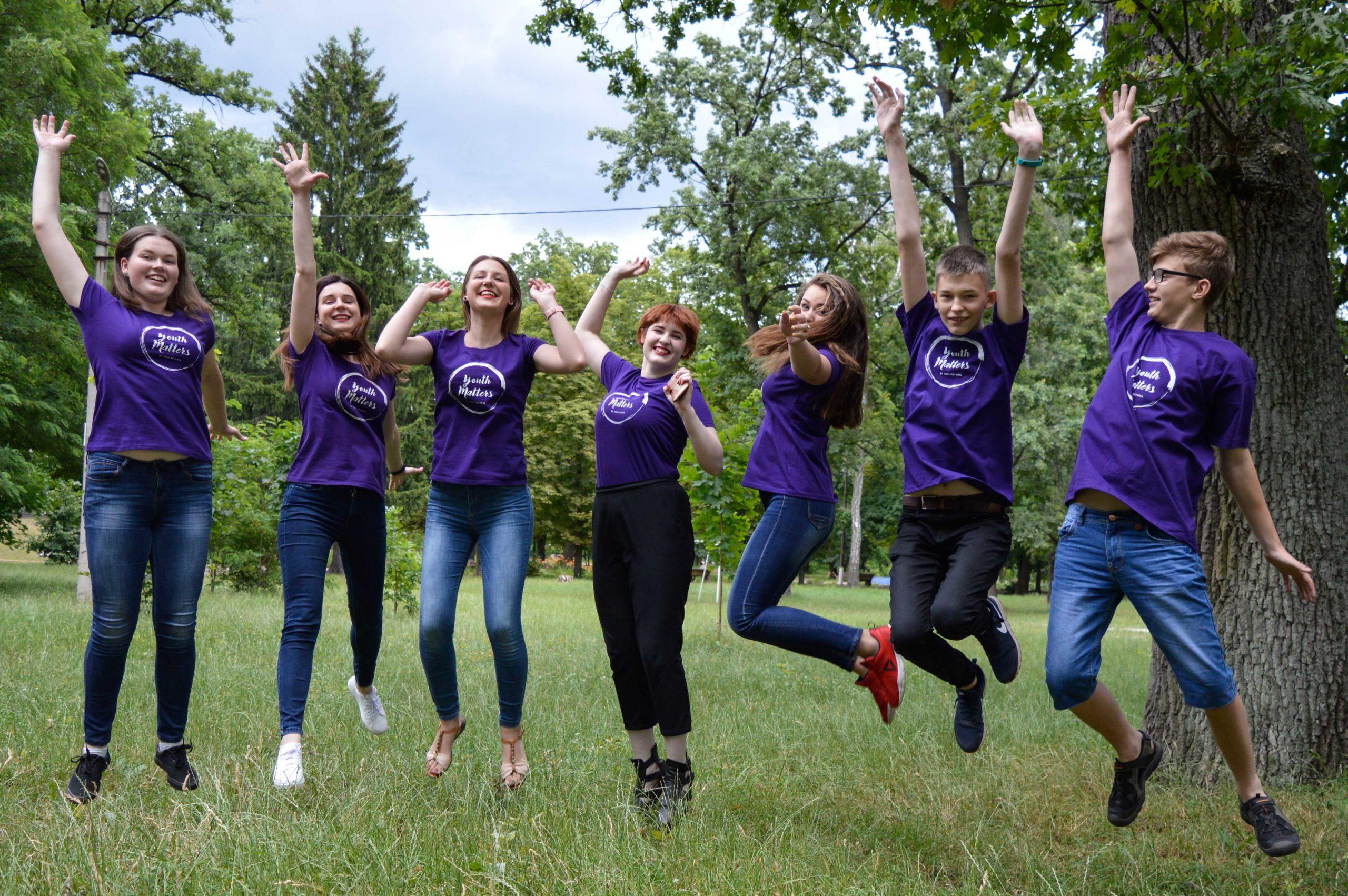 Glada ungdomar i Ukraina