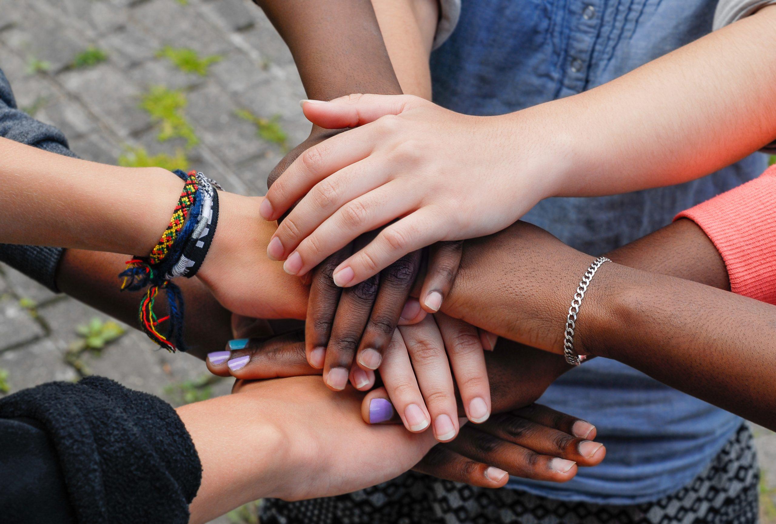 Unga möts i en ring och håller fram händerna